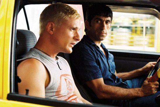 Der Rucksacktourist (Florian Lukas, l.) und der schwäbische Taxifahrer (Erdal Yildiz) in Istanbul