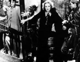Hier ist wohl festhalten angesagt! Marlene  Dietrich (M.) und Anna May