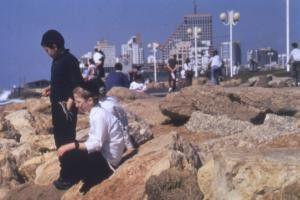 Trostlos hier in Israel! Jugendliche langweilen sich an der Promenade