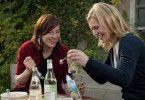 Andrea (Anna Loos, r.) und Katja (Meret Becker) verbringen einen unbeschwerten Abend