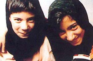 Haben erst spät was zu lachen: Zahra und Masume  Naderi
