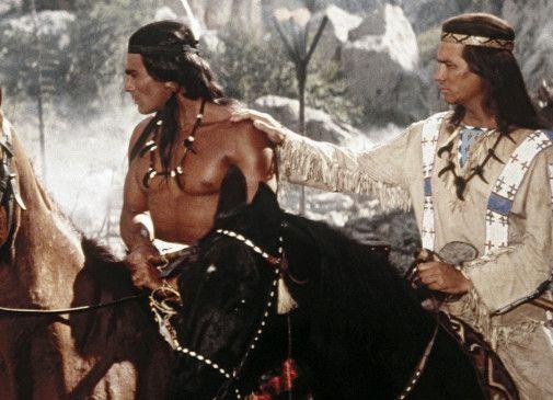 Winnetou (Pierre Brice, r.) mit seinem Freund Wokadeh (Gojko Mitic)