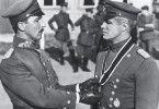 """Glückwunsch zum """"Blauen Max"""": George Peppard (r.) am Ziel seiner Träume"""