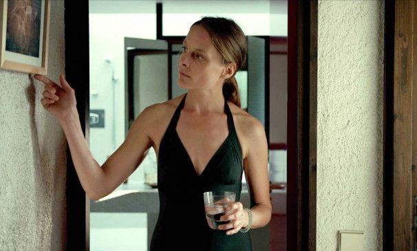 Merle (Anne Ratte-Polle) erkundet gelangweilt das Haus ihres Liebhabers