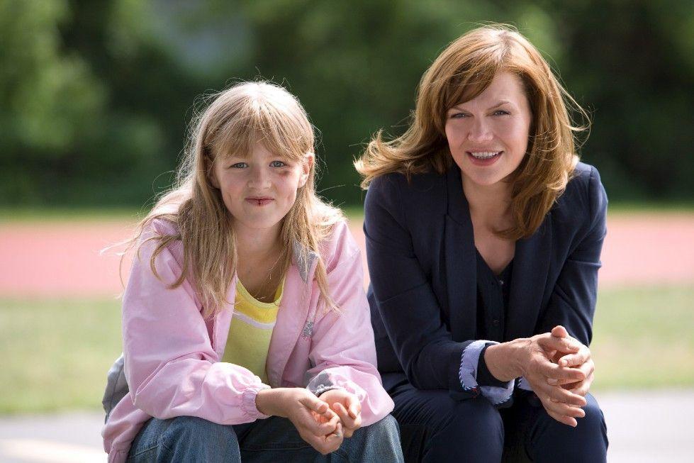 Ida (Anna Loos, r.) will Mandy (Hanna Müller) unbedingt helfen