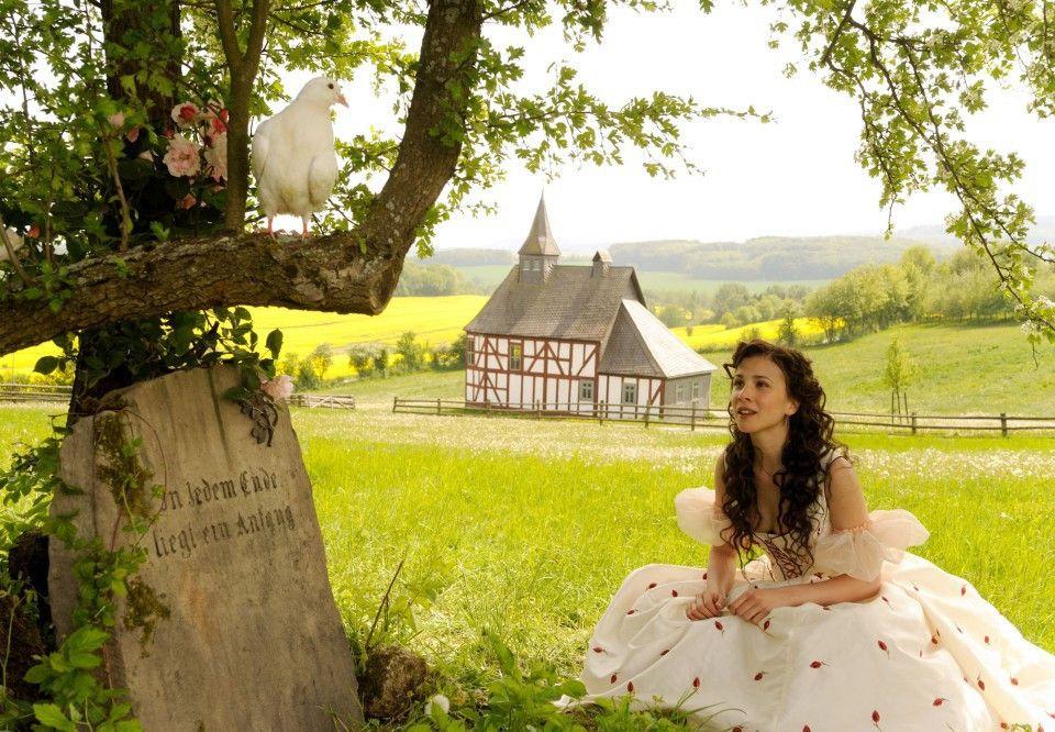 Aschenputtel (Aylin Tezel) verwandelt sich am Grab ihrer Mutter