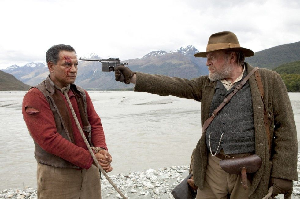 Arjan van Diemen (Ray Winstone, r.) hat den Maori Kereama (Temuera Morrison) quer durch die Wildnis gejagt