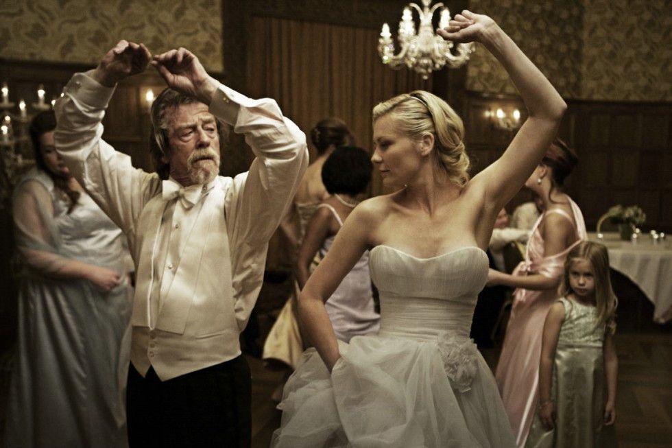 Es wird gefeiert: John Hurt tanzt mit Filmtochter Kirsten Dunst