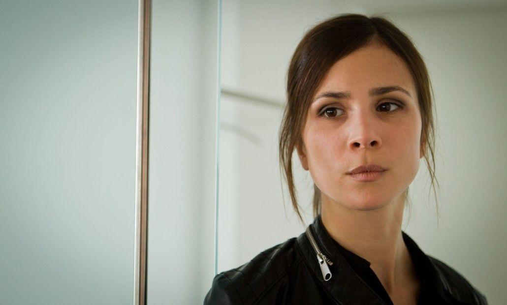 Sie lebt jeden Tag mit der Lüge: Aylin Tezel als Lara