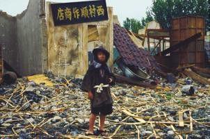 Waisenkind in der Trümmerlandschaft, die die Druckwelle zurückließ