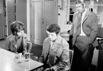 Leutnant Vera Arndt (Sigrid Göhler) und Oberleutnant Peter Fuchs (Peter Borgelt, r.) befragen Harry Wolter (Ingolf Gorges)