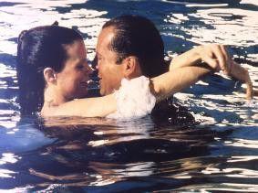 Na, ist es nicht schnuckelig im Wasser? Bruce  Willis und Kim Basinger