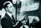"""Crain (Marlon Brando) studiert die Route der """"Ingo"""""""