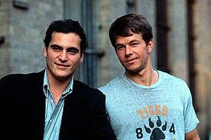 Schau mal, die da vorne sieht auch nicht schlecht  aus! Mark Wahlberg (r.) und Joaquin Phoenix  amüsieren sich