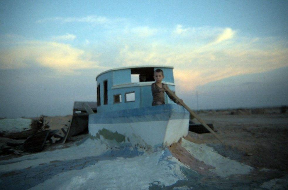 Der siebenjährige Benny vertreibt sich in einem alten Boot die Zeit
