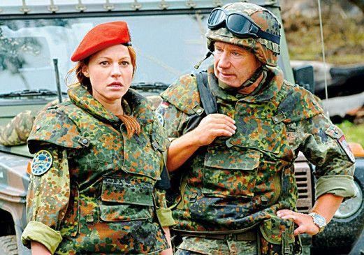 """Militäreinsatz im Kongo: Nicole """"Nicki"""" Ziegler (Maria Simon) und ihr Hauptmann (Jörg Schüttauf)"""