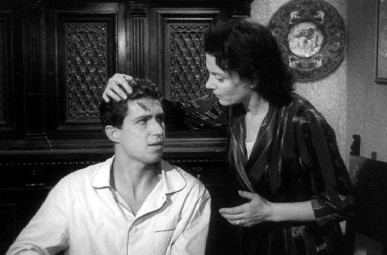 Lucia (Isa Miranda) hilft ihrem verzogenen Sohn Maurizio (Sandro Ninchi) ein Verbrechen zu vertuschen
