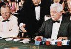 Curd Jürgens (l.) scheint nicht viel Glück zu  haben, Jean Gabin allerdings räumt ab
