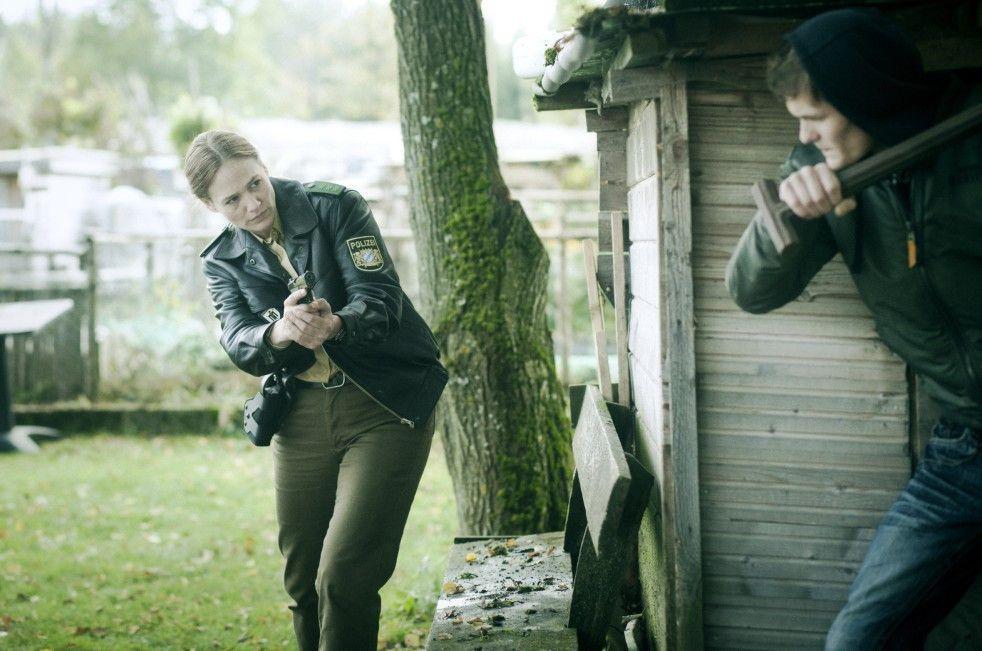 Sonsee Neu ahnt, wer sich hinter der Hütte verbirgt. Ob sie in die Falle tappt?