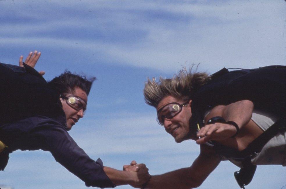 Schließen in der Luft Freundschaft: FBI-Agent Keanu Reeves und Bankräuber Patrick Swayze