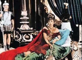 Ja, so liege ich schön lasziv! Patricia Laffan als Kaiserin Poppaea