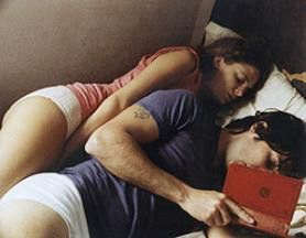 Wenn sie betrunken ist, bleibt ihm nichts als  lesen....