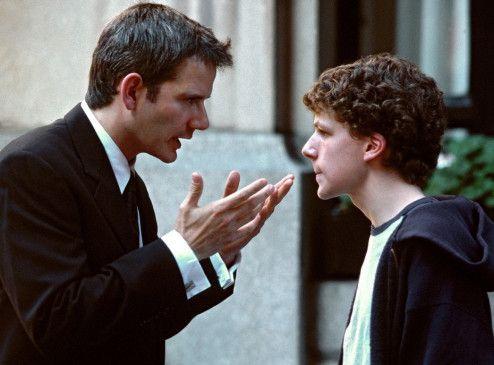 So muss man Frau anbaggern! Roger (Campbell Scott, l.) erklärt's seinem Neffen (Jesse Eisenberg)