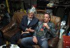 Heinrich (Peter Simonischek, l.) und Rainer (Heio von Stetten) sprechen in der Werkstatt über Rainers frühere Gesangskarriere