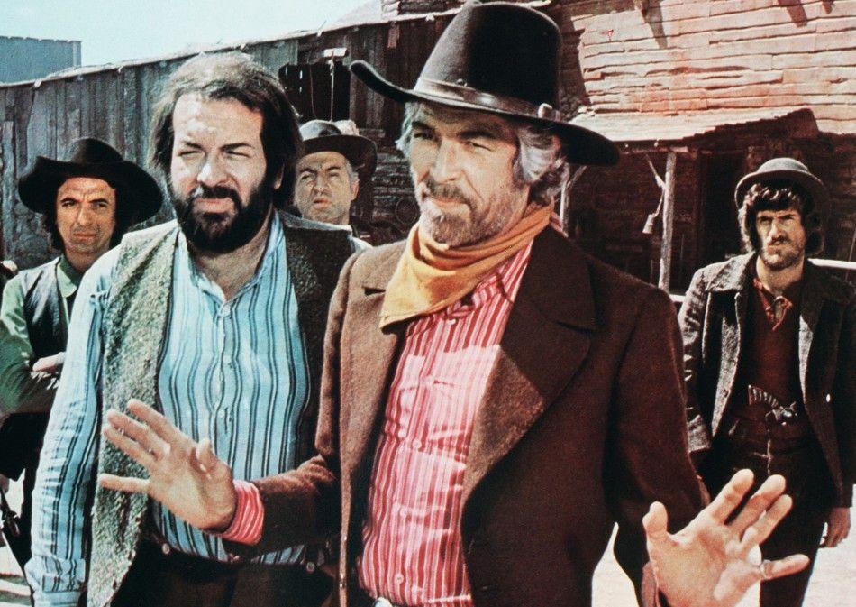 Ihr habt nichts zu befürchten! Colonel Pembroke (James Coburn, M., mit Bud Spencer) wiegelt ab
