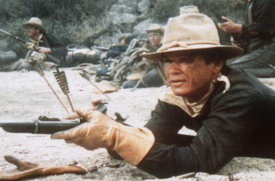 Hanna (Charles Bronson) kämpft mit seinen Kameraden gegen angreifende Indianer