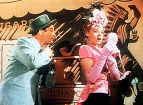 Dennis Morgan und Elaine Angela Greene proben eine Gesangsnummer