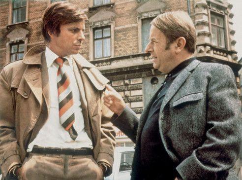 Kommissar Knudsen (Klaus Schwarzkopf, r.) und sein Assistent (Gerhard Bormann) sind hinter Willy Jensen her
