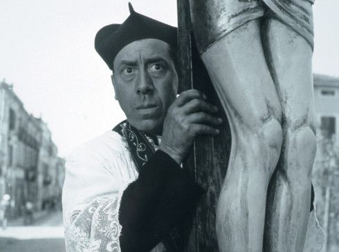 Du wirst mich nicht aus der Stadt vertreiben! Don Camillo (Fernandel) liegt auf der Lauer
