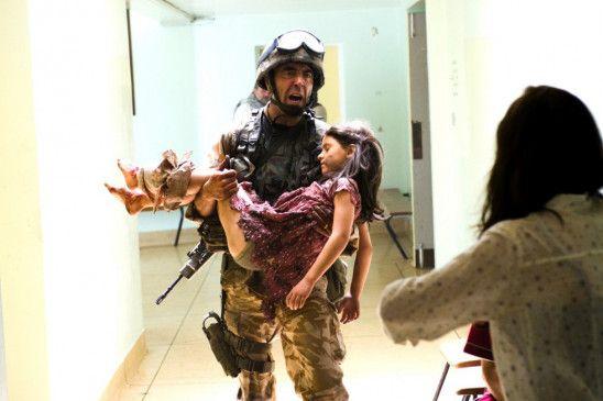 Mike (James Nesbitt) versucht das verletzte Mädchen (Ruby Butcher) zu retten und bringt es in ein nahe gelegenes Krankenhaus