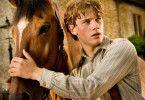 Beste Freunde: Jeremy Irvine mit seinem Pferd