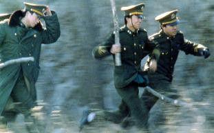 Verdammt, ihre Kerle, bleibt doch mal stehen! Li Zhanho und Wang Liangui rennen, als ging's ums Leben