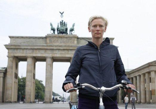 Berlin 2009: Tilda Swinton vor dem Brandenburger Tor