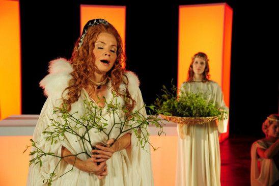 Noch ist die Welt von Ella Herbst (Annette Frier) in bester Ordnung ...