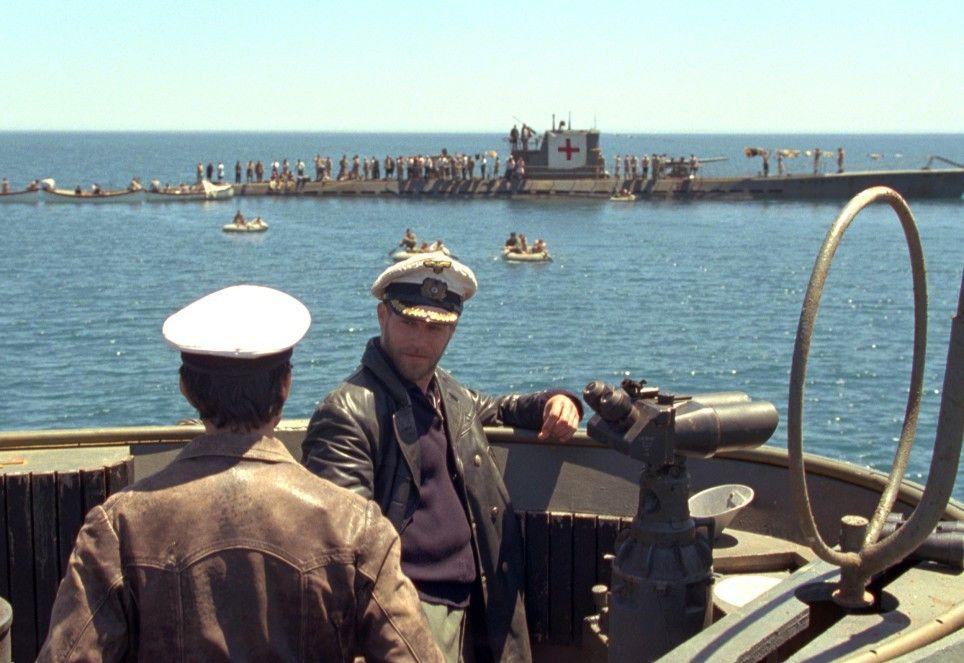 Hartensteins U-Boot sich nach einer Rettungsaktion in ein schwimmendes Lazarett verwandelt