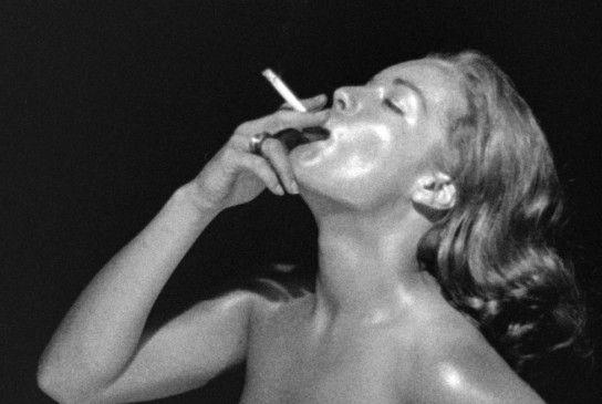 Romy Schneider nackt und mit Zigarette
