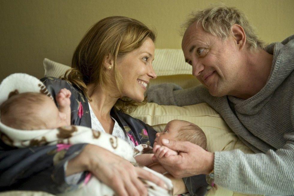 Frisch gebackene Eltern - Esther (Valerie Niehaus) und Dieter (Uwe Ochsenknecht) freuen sich