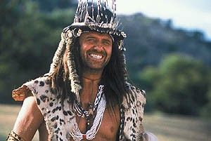 Hallo, ich bin Mr. Bones vom Stamme der Kuvukis! Leon Schuster in Aktion