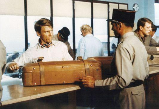 Nein, ich habe nichts zu verzollen, im Koffer ist nur ein Präzisionsgewehr! Edward Fox ist der Schakal