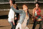 Lulu (Daniella Wircer) tanzt mit vielen anderen Jugendlichen gegen den Krieg