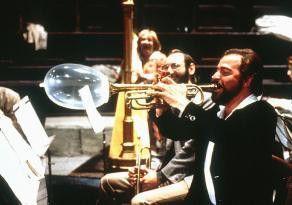 Das steht aber so nicht in Nino Rotas Partitur!  Giovanni Javarone bläst zum Angriff auf den Maestro