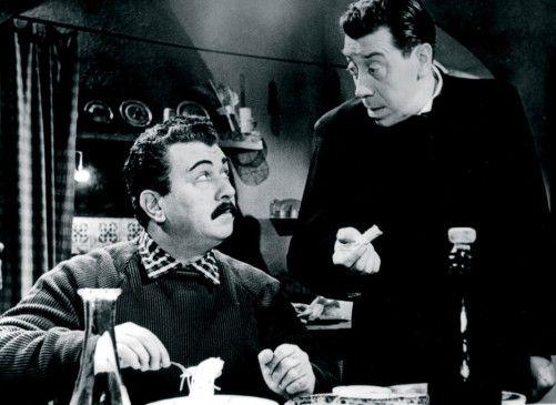 Jetzt können sie wieder streiten: Don Camillo (Fernandel, r.) und Peppone (Gino Cervi)