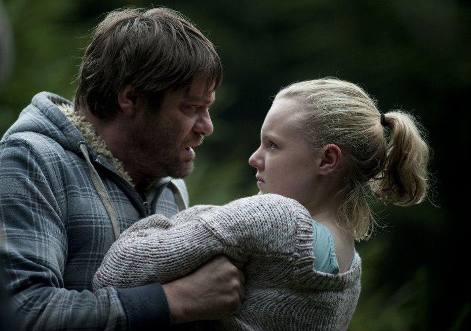 Roeland Wiesnekker und Maria Dragus allein im Wald