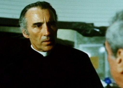 Pater Pegado (Christopher Lee) ist ein Alien