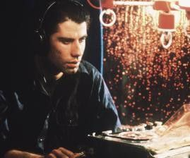 Was sind das für Geräusche? John Travolta wird zum Mordzeugen