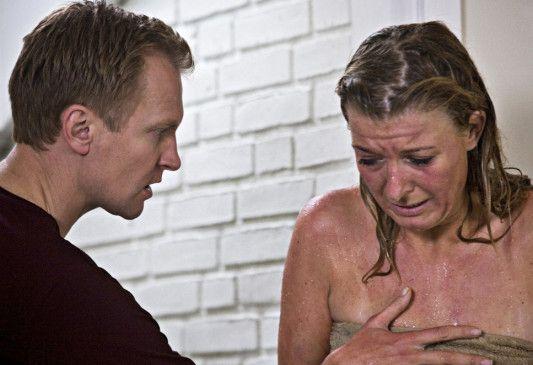 Mikael (Ulrich Thomsen) bedroht Sigrid (Paprika Steen)
